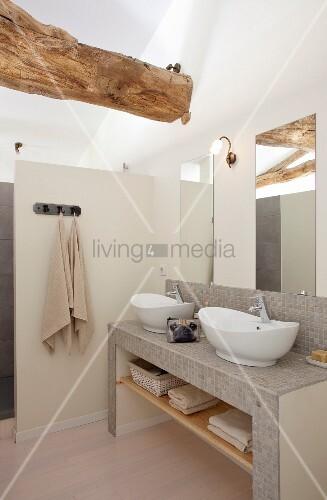 Gemauerter waschtisch mit mosaikfliesen und weissen sch sseln vor spiegel an wand in - Bad mit mosaikfliesen ...