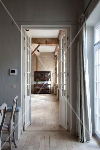 esszimmer mit stabparkett blick durch ge ffnete fl gelt r. Black Bedroom Furniture Sets. Home Design Ideas