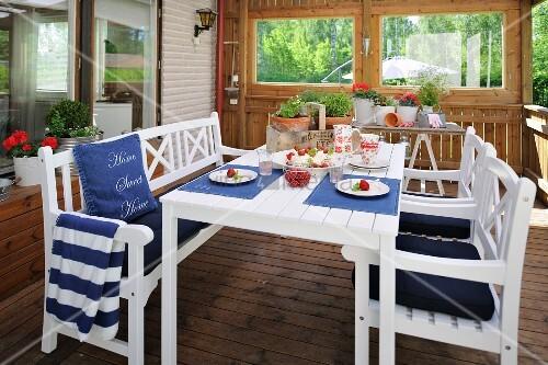 Weisse tisch und stuhlgarnitur mit blauen polstern und for Tisch schwedisches design