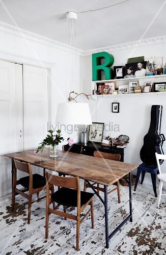 Rustikaler tisch und holzst hle im 60er jahre stil for Esszimmer 60er jahre