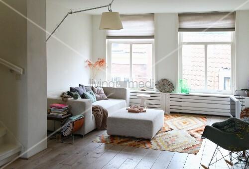 Ottomane Vor Sofa Auf Webteppich Und Schaukelstuhl Im Hellen Wohnzimmer Bild Kaufen Living4media