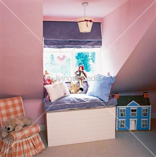 Kinderzimmer unter dem dach   kindersessel vor pastell rosa wand ...