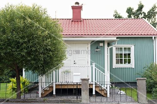 kleines schwedisches landhaus mit veranda und spossenfenster bild kaufen living4media. Black Bedroom Furniture Sets. Home Design Ideas