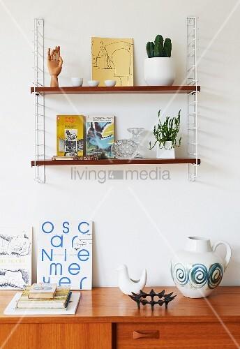 String Regal An Wand über Teilweise Sichtbarem Sideboard Mit Retro Deko