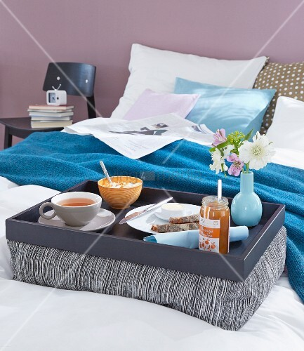 selbst gebasteltes kissentablett mit fr hst ck im bett. Black Bedroom Furniture Sets. Home Design Ideas