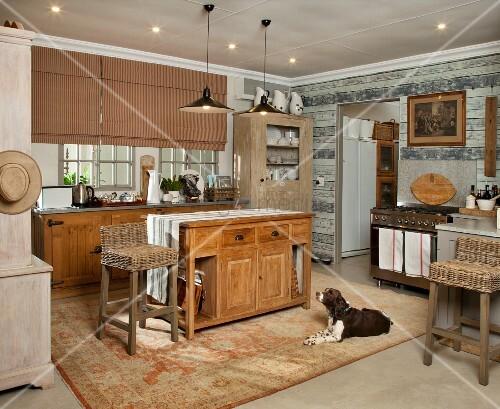 Rustikale Landhausküche – Hund auf Teppich vor