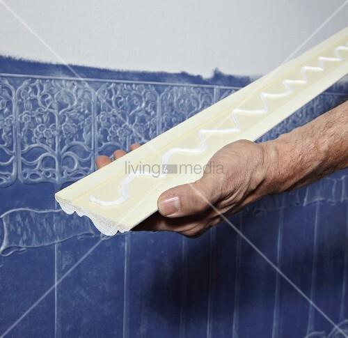 Anbringen einer stuckleiste als abschluss ber lincrusta for Strukturtapete