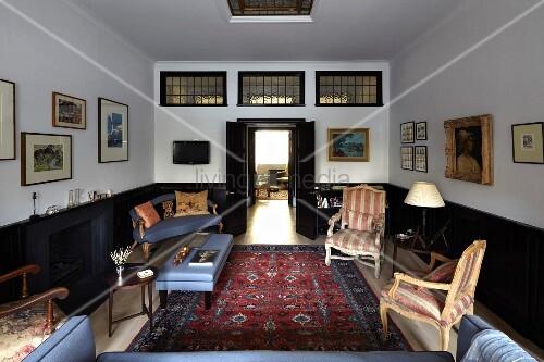 Wohnzimmer mit antiken Sitzmöbeln, kombiniert mit ...