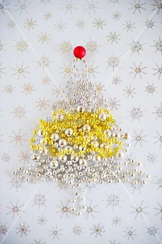 weihnachtsbaum aus perlen girlande auf stern untergrund. Black Bedroom Furniture Sets. Home Design Ideas