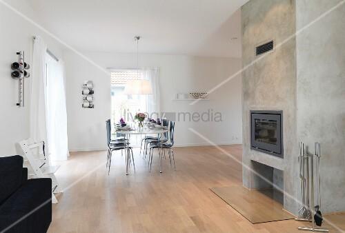 sparsam m blierter wohnraum mit sichtbeton kamin im. Black Bedroom Furniture Sets. Home Design Ideas