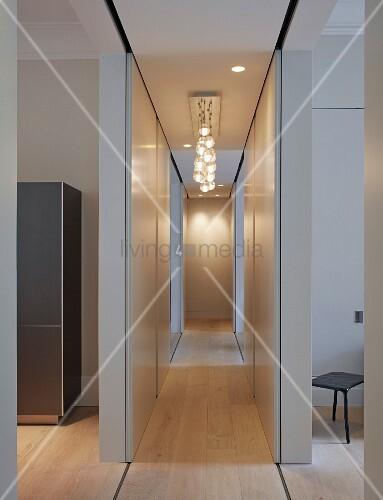 schmaler gang mit beleuchtung an decke im vordergrund. Black Bedroom Furniture Sets. Home Design Ideas