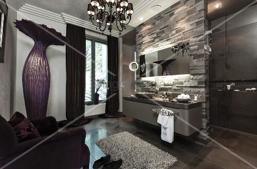 badezimmer in dunklen lila- und grautönen mit kronleuchter und ... - Kronleuchter Für Badezimmer