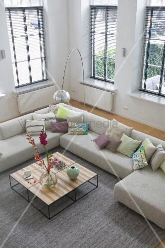 blick von oben auf eckcouch und bogenlampe in wohnzimmer. Black Bedroom Furniture Sets. Home Design Ideas