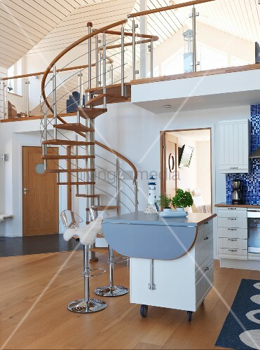 skandinavische k che mit k cheninsel auf r dern in offenem wohnraum wendeltreppe aus stahl und. Black Bedroom Furniture Sets. Home Design Ideas