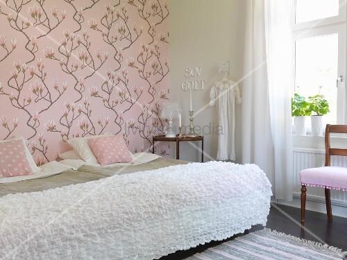 einzelbetten nebeneinander gestellt mit weisser tagesdecke. Black Bedroom Furniture Sets. Home Design Ideas