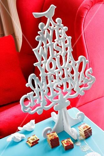 stilisierter weihnachtsbaum aus buchstaben darunter. Black Bedroom Furniture Sets. Home Design Ideas