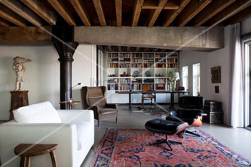 Orientteppich moderne möbel  Weisse, moderne Couch und Klassiker Lounge Chair auf Orientteppich ...
