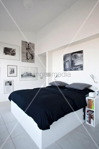 Doppelbett mit weissem untergestell und schwarze tagesdecke in modernem schlafzimmer bild - Tagesdecke schlafzimmer ...