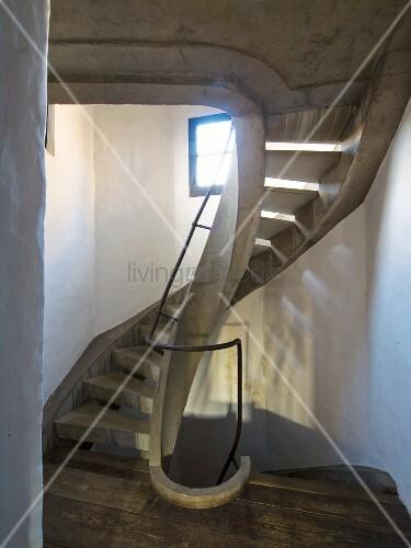 Gewendelte betontreppe in saniertem treppenhaus mit licht - Betontreppe kaufen ...