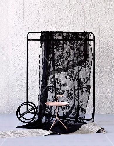 beistelltisch und kleiderst nder mit schwarzem voiletuch. Black Bedroom Furniture Sets. Home Design Ideas