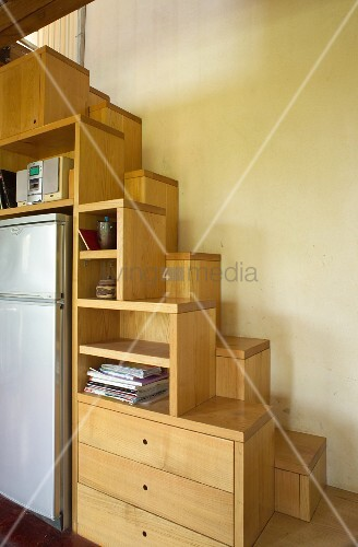 massgefertigter regaleinbau aus holz als teil einer sambatreppe bild kaufen living4media. Black Bedroom Furniture Sets. Home Design Ideas