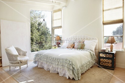 helles schlafzimmer mit doppelbett und r schen tagesdecke seitlich offenes fenster mit. Black Bedroom Furniture Sets. Home Design Ideas