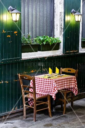 gedeckter tisch f r zwei vor einem italienischen restaurant bild kaufen living4media. Black Bedroom Furniture Sets. Home Design Ideas