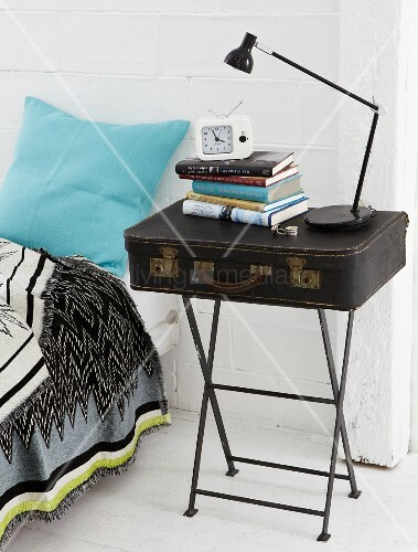 diy nachttisch koffer auf metall beistelltisch im vintage look bild kaufen living4media. Black Bedroom Furniture Sets. Home Design Ideas