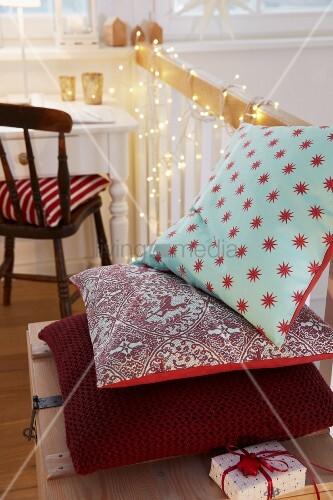 selbstgen hte kissenh llen mit weihnachtsmotiven und grobes strickkissen in burgunderrot bild. Black Bedroom Furniture Sets. Home Design Ideas