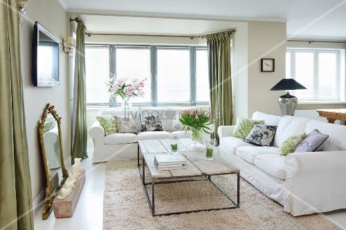 couchtisch mit filigranem metallgestell und rustikalen. Black Bedroom Furniture Sets. Home Design Ideas