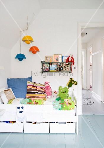 wei es kinderbett mit bettschubladen und farbigen pendelleuchten an wandschr ge bild kaufen. Black Bedroom Furniture Sets. Home Design Ideas