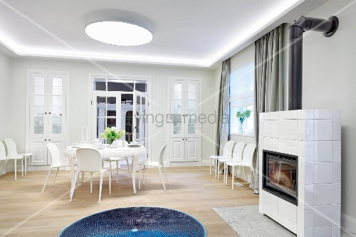 essplatz und ersatzst hle an der wand in weissem wohnraum im vordergrund ein blauer teppich vor. Black Bedroom Furniture Sets. Home Design Ideas