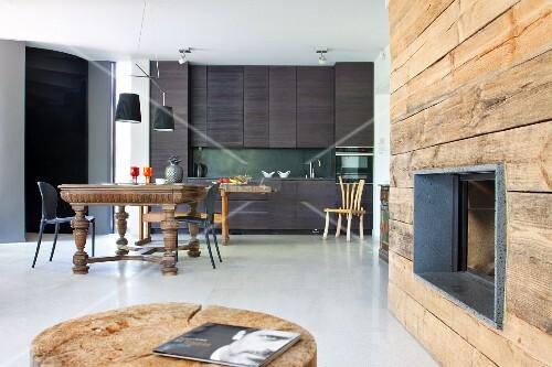 Küchenzeile Hintergrund ~ kaminöffnung in rustikaler holzwand; essplatz mit antiktisch und moderne, anthrazitfarbene