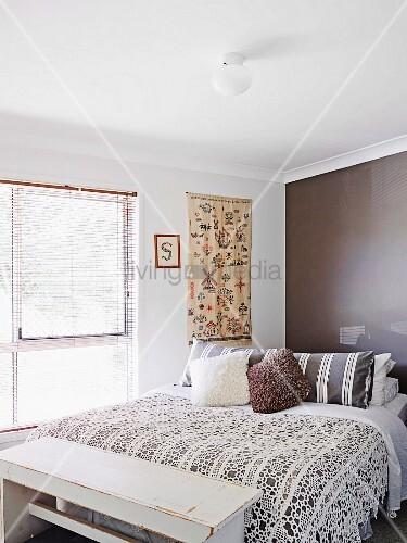 Schlafzimmer mit gesticktem wandbehang vintage kleiderbank und moderner dunkelbraun get nter - Wandbehang modern ...