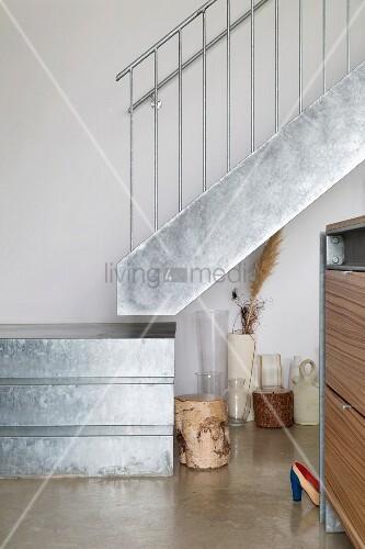 ausschnitt eines treppenpodestes und treppe aus verzinktem blech mit gel nder aus edelstahl. Black Bedroom Furniture Sets. Home Design Ideas