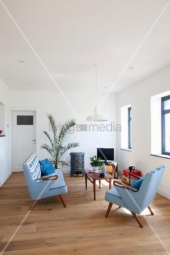 sessel und sofagarnitur im 50er jahre stil mit hellblauem bezug und filigraner couchtisch aus. Black Bedroom Furniture Sets. Home Design Ideas