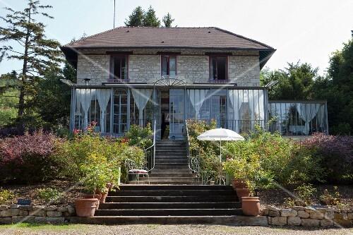 treppenaufgang durch den garten zu einem haus mit wintergarten bild kaufen living4media. Black Bedroom Furniture Sets. Home Design Ideas