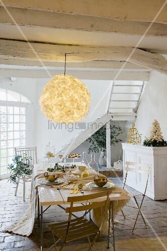 rustikale weiss get nchte holzdecke mit gro er blumen ballonlampe und darunter stehendem. Black Bedroom Furniture Sets. Home Design Ideas
