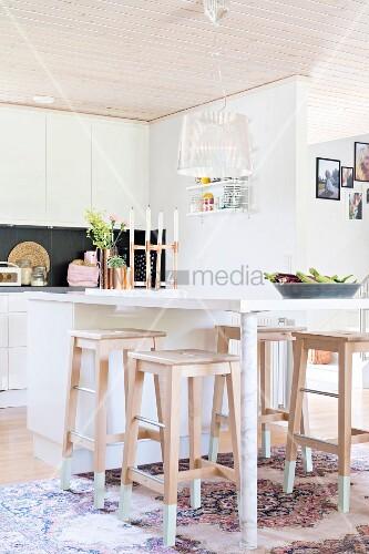 moderner thekentisch in weiss und holz barhocker in. Black Bedroom Furniture Sets. Home Design Ideas