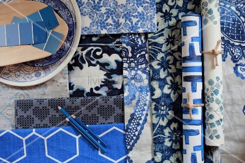 tapete und stoff mit blau weissen mustern und farbmusterstreifen bild kaufen living4media. Black Bedroom Furniture Sets. Home Design Ideas