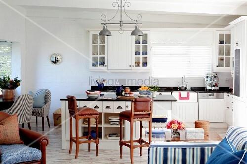 helle landhausk che mit kochinsel braunen barhockern und blauen accessoires bild kaufen. Black Bedroom Furniture Sets. Home Design Ideas