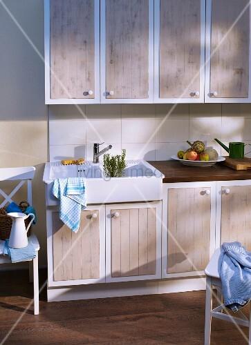 Aufgemöbelte Küchenfronten mit aufgesetzten Elementen in Bretteroptik