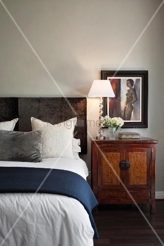bett mit haupt aus samt antikes asiatisches nachtschr nkchen bild kaufen living4media. Black Bedroom Furniture Sets. Home Design Ideas