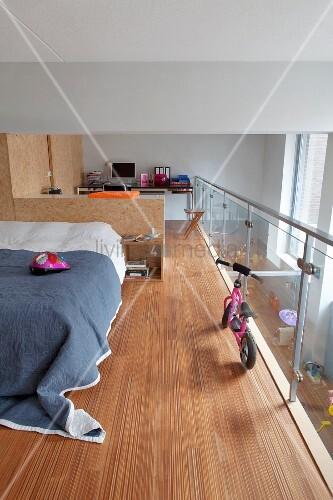 schlafbereich und arbeitsbereich mit einbaum beln aus osb platten abgetrennt glasbr stung und. Black Bedroom Furniture Sets. Home Design Ideas