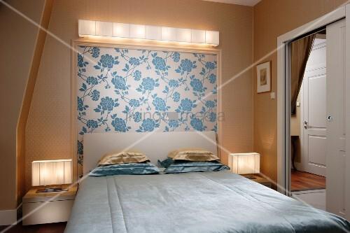 schlichtes doppelbett mit polster kopfteil und. Black Bedroom Furniture Sets. Home Design Ideas