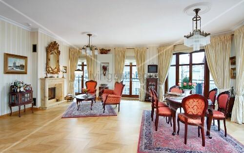 Essplatz mit Stilmöbel auf Orientteppich, im Hintergrund ...