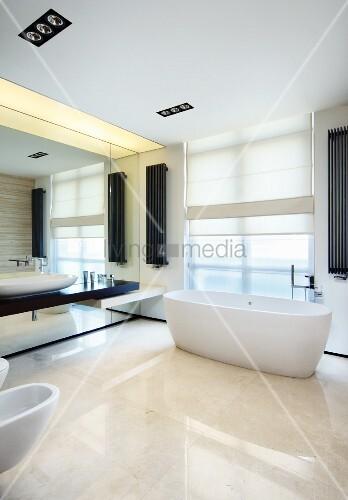 k hles weisses designerbad mit dunklen akzenten durch. Black Bedroom Furniture Sets. Home Design Ideas