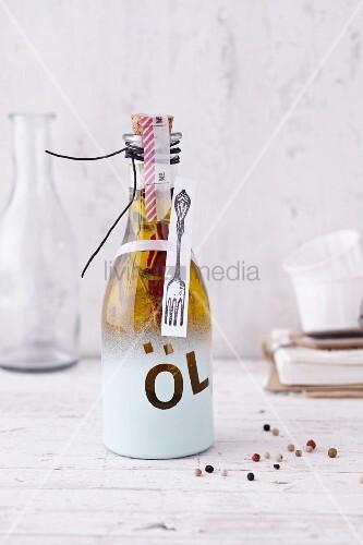 Gewürzöl in dekorativ besprühter Geschenkflasche