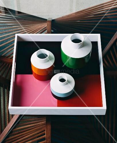 vasen und tablett in retrofarben auf glastisch mit. Black Bedroom Furniture Sets. Home Design Ideas