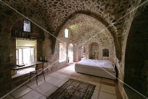 historisches wohnhaus mit mauer und gew lben aus kalkstein. Black Bedroom Furniture Sets. Home Design Ideas
